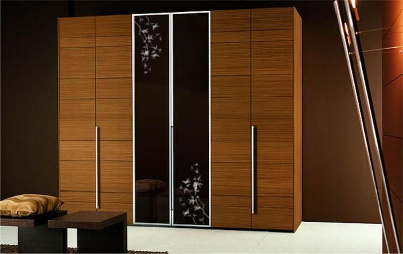 Роскошный встроенный шкаф-гардеробная для спальни, выполненный из простых материалов